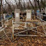 Куда девать мусор после уборки памятника и могилы на кладбище?